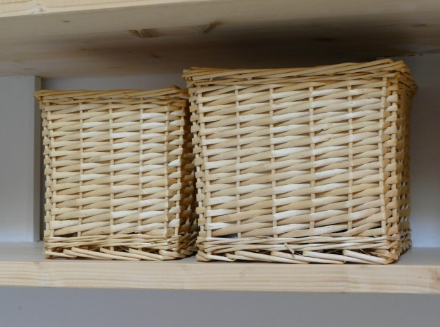 cesti in vimini a decoro delle mensole in mansarda