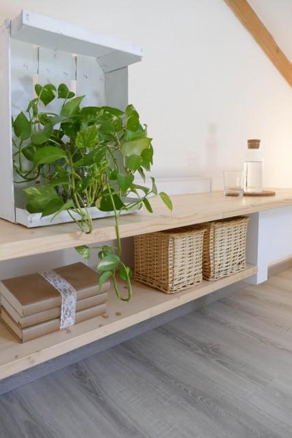 porta tv in cartongesso con mensole in pino naturale in mansarda
