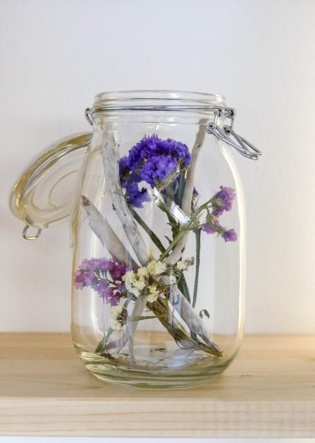 barattolo in vetro con all'interno fiori secchi colorati come elemento di decoro in mansarda