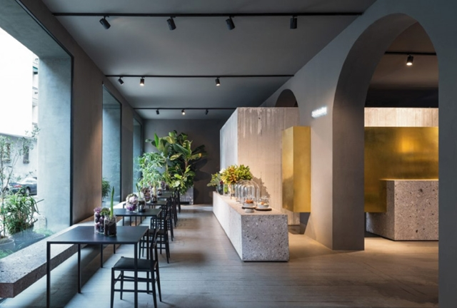 interni di Potafiori cemento grezzo e toni scuri che esaltano i colori dei fiori