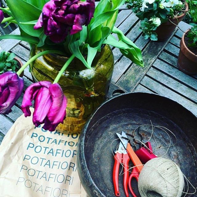 i bouquet di fiori sono realizzati con l'uso di materiali naturali spago, filo