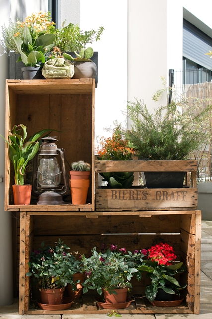 decorare i balconi con le cassette di legno e piante