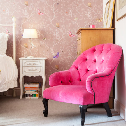 la poltrona pink crea contrasto con gli elementi bianchi e neutri