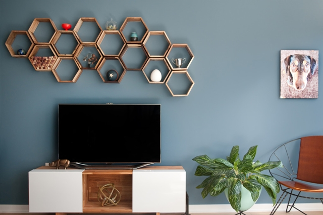 parete tv con parete colorata ed esagoni
