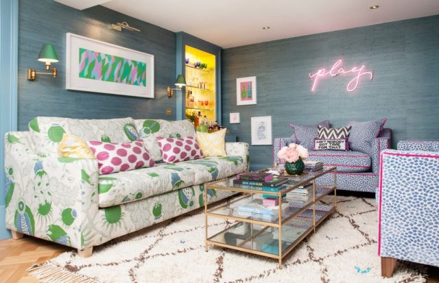 un soggiorno pieno di colore dove stare in compagnia