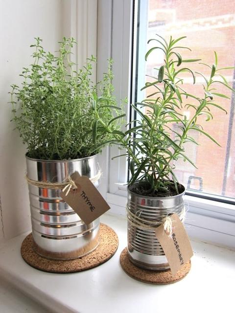 decorare i balconi con barattoli di latta e piante aromatiche