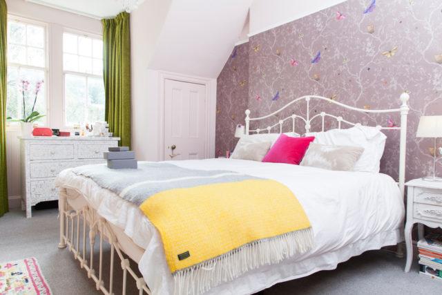 la camera da letto accogliente e colorata