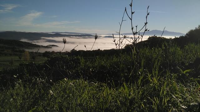 un cielo limpido e un mare di nuvole tra le colline