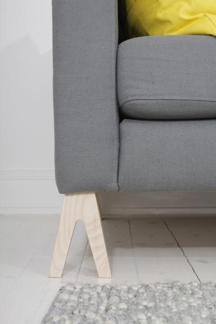 un piedino nuovo sul divano Ikea e diventa originale e solo tuo