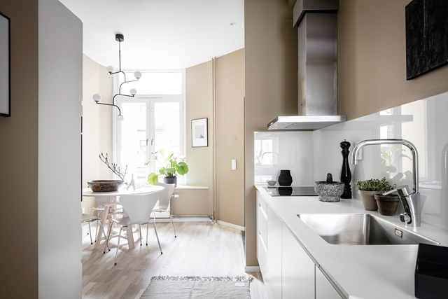 luminosa sala da pranzo collegata con la cucina