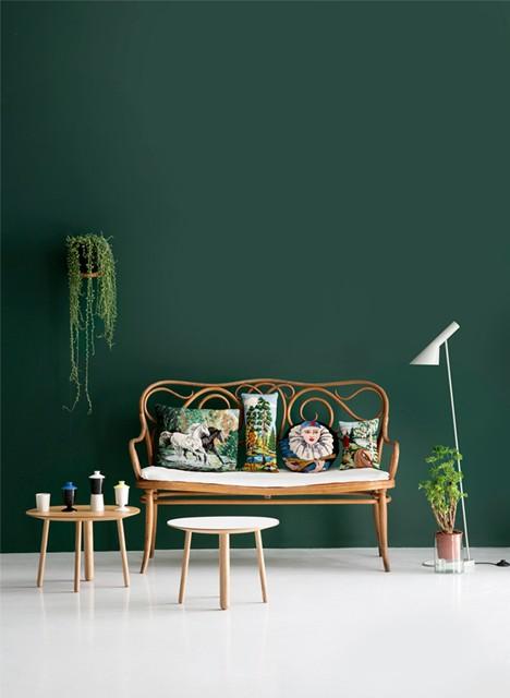 Colore delle pareti: un verde scuro abbinato con elementi naturali