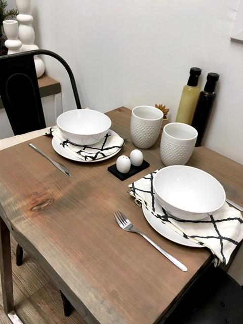 dettaglio del tavolo da pranzo piccola casa