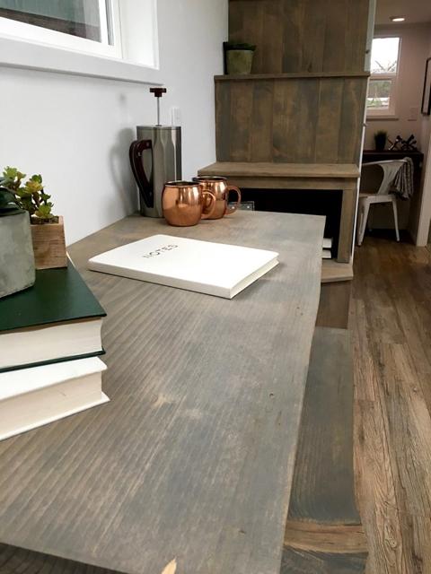 dettaglio scrivania piccole case