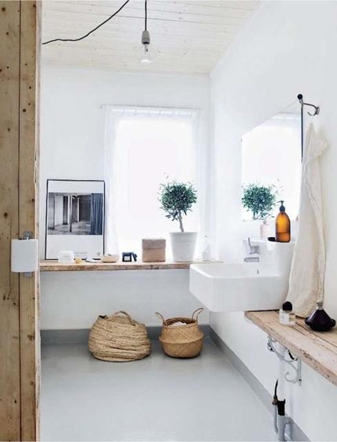 cesti-in-materiale-naturale-usato-come-porta-asciugamani-in-bagno