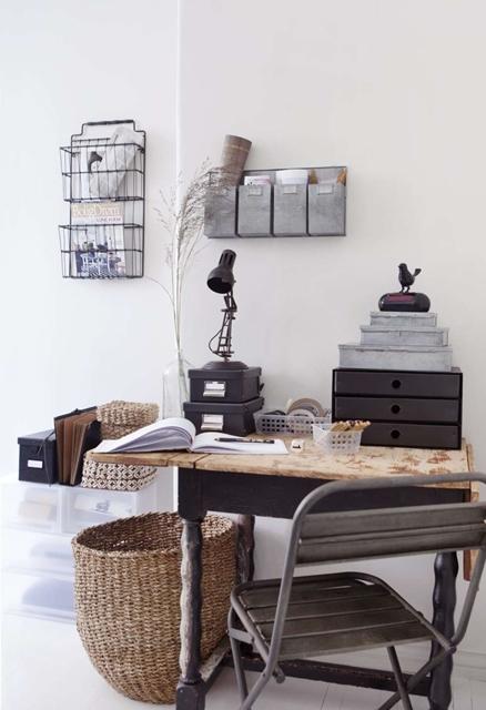 cesto-in-materiale-naturale-posizionato-nell'angolo-studio
