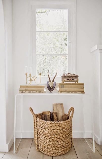 cesto-in-materiale-naturale-usato-come-porta-legna