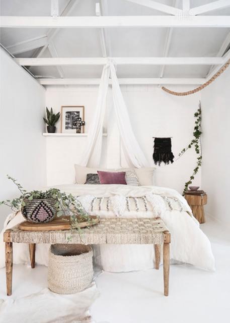 cesto-in-fibra-naturale-che-arreda-in-camera-da-letto