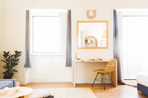 un viaggio in un hotel di design a lisbona camera con scrivania