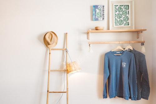 un viaggio in un hotel di design a lisbona porta abiti in legno camera