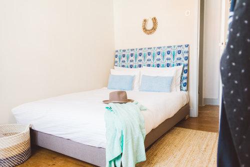 un viaggio in un hotel di design a lisbona camera sui toni dell'azzurro