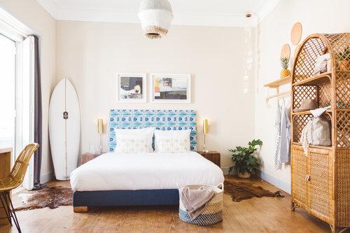 un viaggio in un hotel di design a lisbona camera con un surf