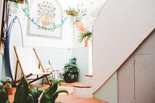 un viaggio in un hotel di design a lisbona un terrazzino con sdraio