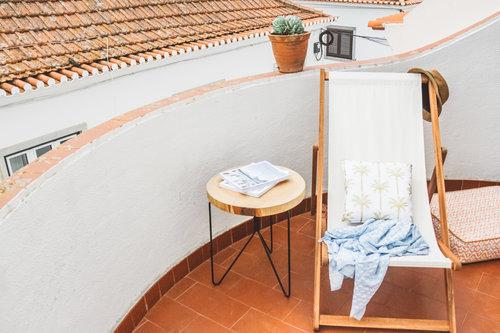 un viaggio in un hotel di design a lisbona terrazzo con sdraio