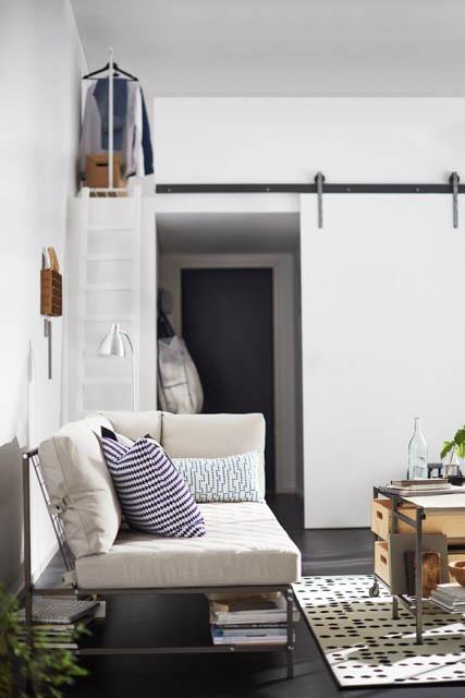 divano bianco con ripiano porta oggetti del nuovo catalogo ikea 2018