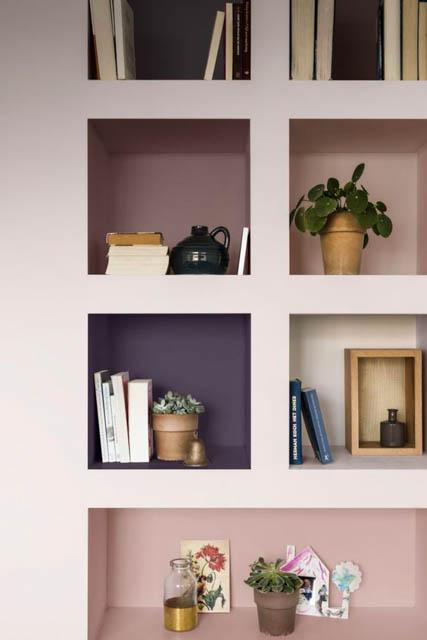 la tendenza casa è il colore heartwood con delle nicchie colorate
