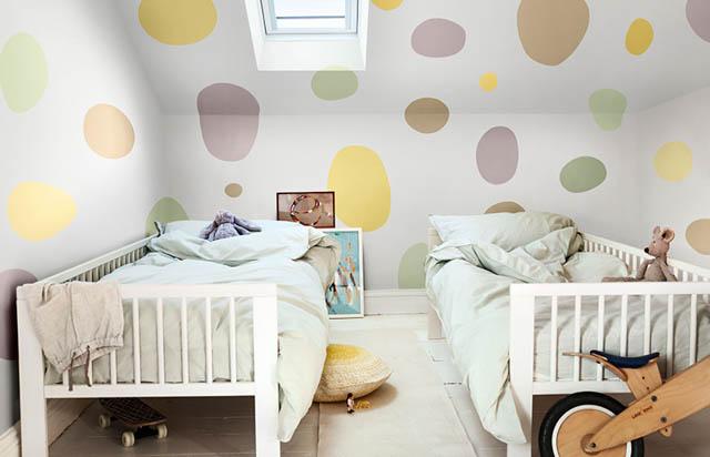 la tendenza casa è il colore heartwood per la camera dei bimbi con dei colorati ovali