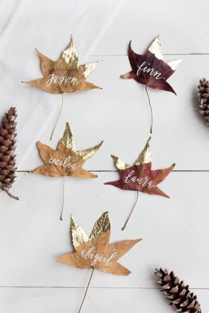 un' idea diy per decorare una foglia e usarla come segna posto su una tavola-autunnale