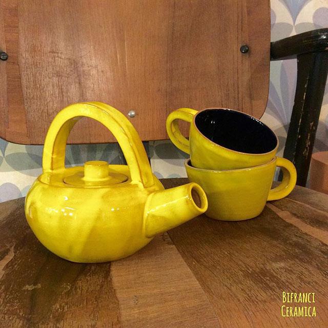 teiera e tazze gialle in ceramica di bifranci per la casa d'autunno