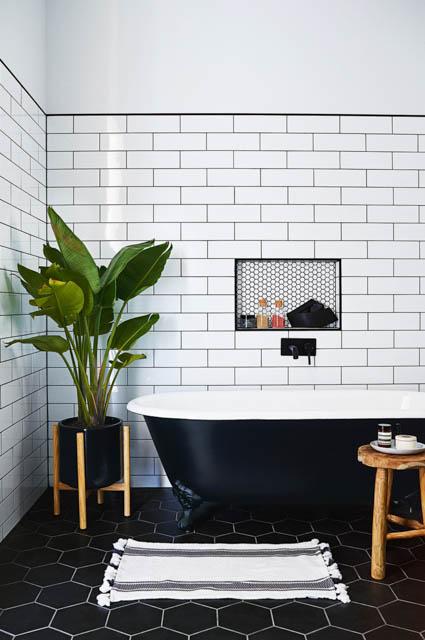tendenza bagno stile scandinavo rubinetteria nera con sgabello e porta piante in legno