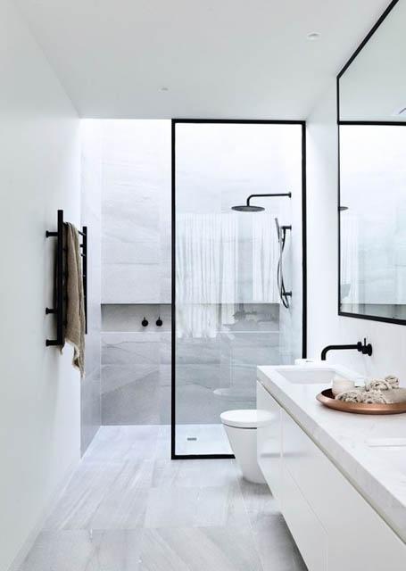 tendenza bagno stile scandinavo rubinetteria nera doccia con box
