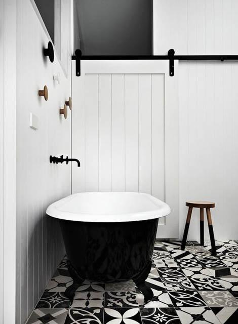 tendenza bagno stile scandinavo rubinetteria nera vasca con piedini vintage