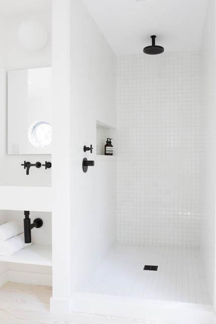 tendenza bagno stile scandinavo rubinetteria nera e piastrelle bianche
