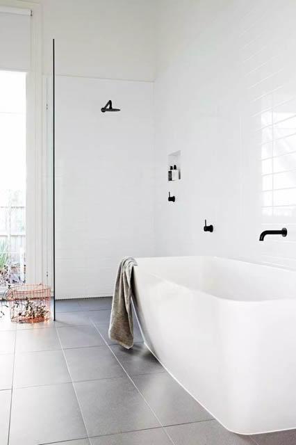 tendenza bagno stile scandinavo rubinetteria nera e vasca bianca