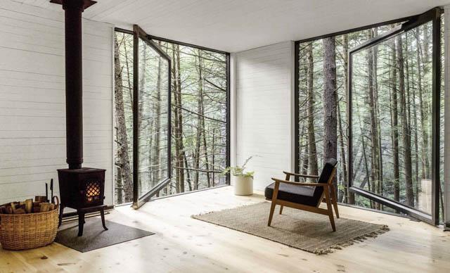 grandi vetrate e tanto legno in questa minimal home nel bosco