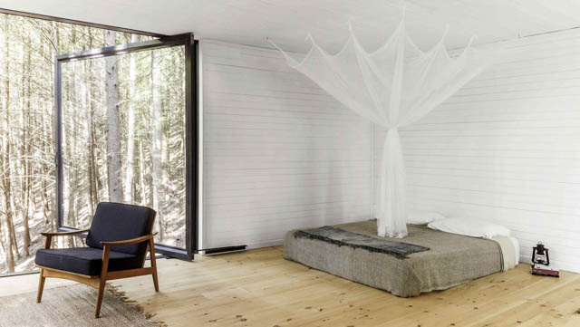 una grande vetrata arredo essenziale tanta luce per una minimal home