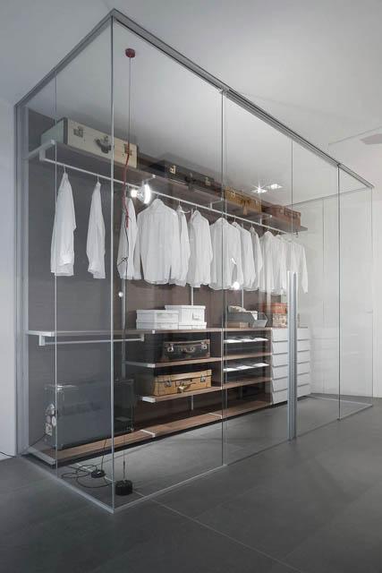 cabina armadio creata con l'uso di pareti divisorie in vetro