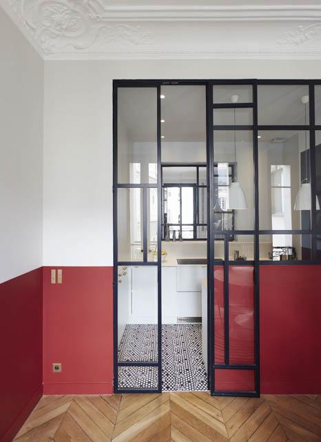 cucina divisa dalla da pranzo con una parete divisoria in vetro