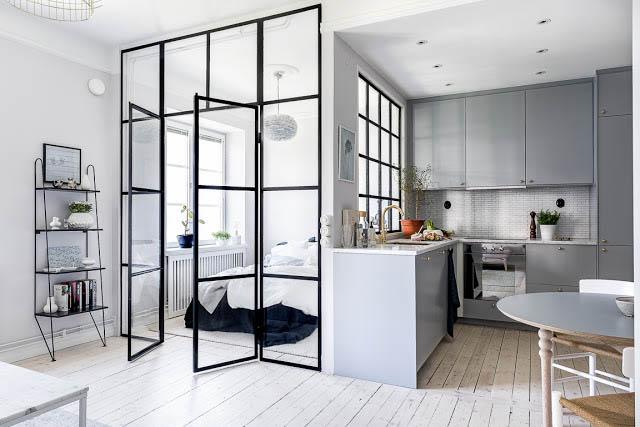 moderno monolocale con la camera da letto ricavata utilizzando pareti divisorie in vetro