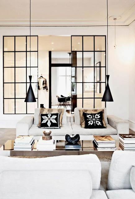 corridoio che divide il soggiorno e la cucina luminoso con parete divisoria in vetro
