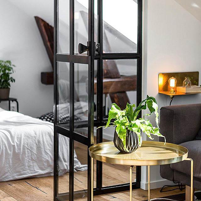 parete divisoria in vetro tra il soggiorno e la camera da letto