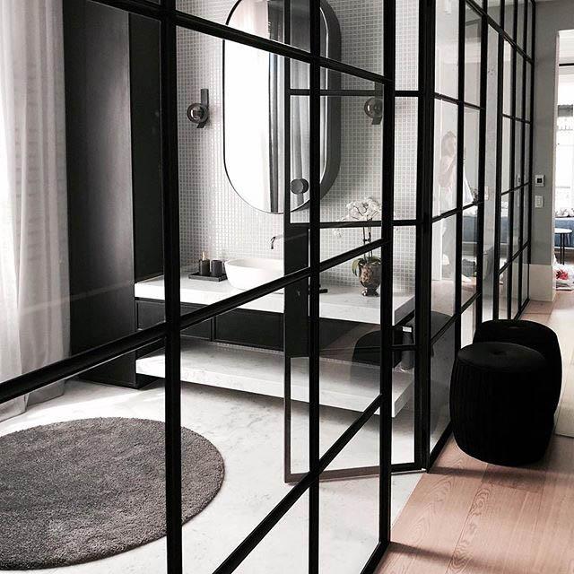 parete divisoria in vetro per un bagno luminoso