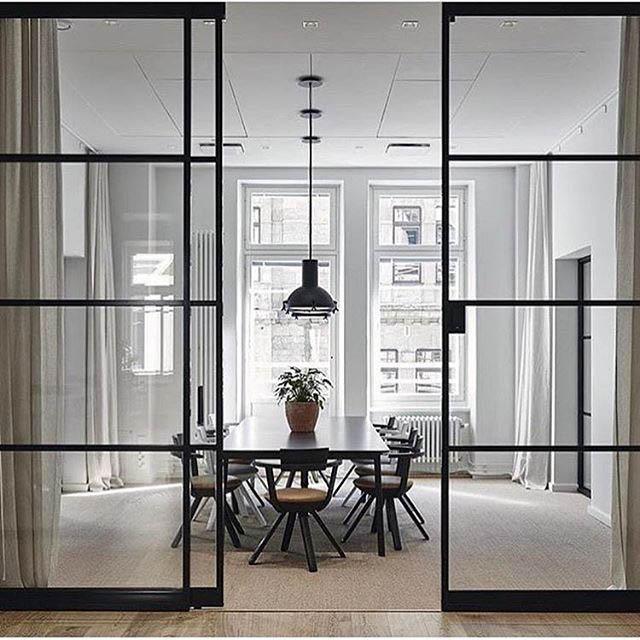 sala da pranzo divisa dalla parete divisoria in vetro