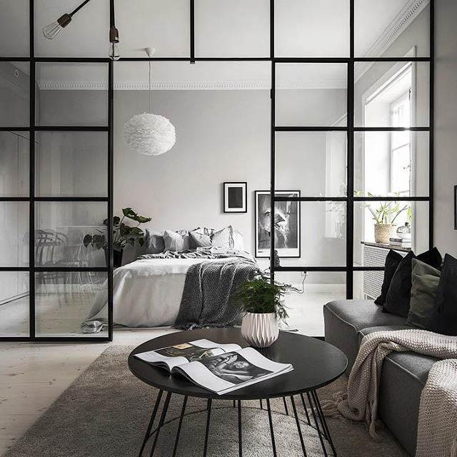 camera da letto separata dal soggiorno con una parete divisoria in vetro