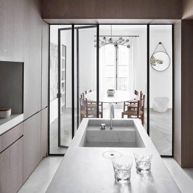 cucina divisa dalla sala da pranzo con una parete divisoria in vetro