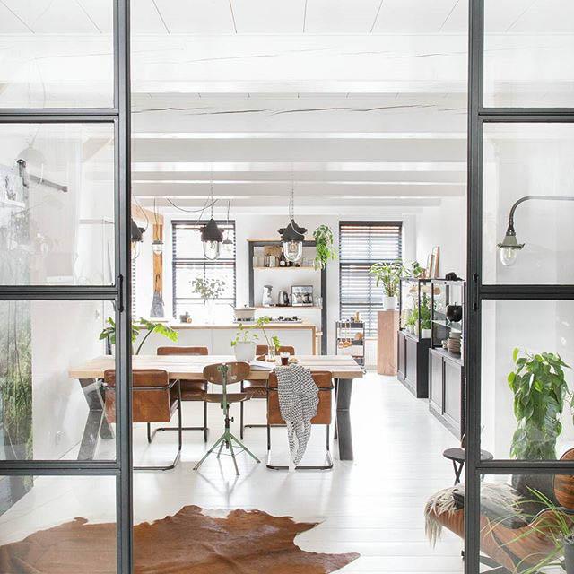 cucina e sala da pranzo chiusa con una parete divisoria in vetro