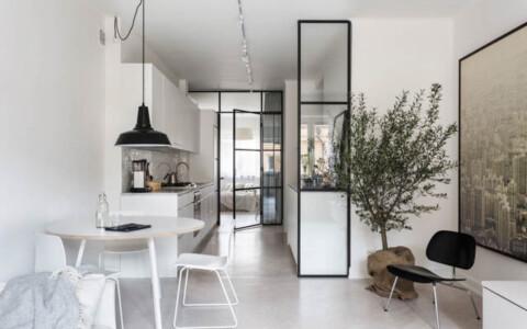 monolocale ben suddiviso con una parete divisoria in vetro
